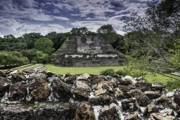 Templo de los Altares de Mampostería, en el yacimiento maya de Altun Ha, en Belice.