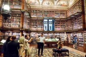 Interior de la Morgan Library, biblioteca de tres pisos en la antigua residencia del magnate neoyorquino J. P. Morgan.