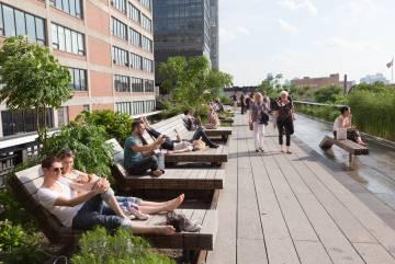 Tumbonas en la High Line de Nueva York.