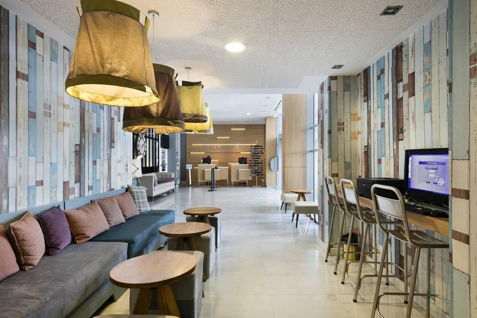 Espacio común del hotel Tryp Madrid Airport Suites.