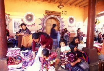 Mujeres con vestidos tradicionales en el mercado de Chichicastenango (Guatemala).