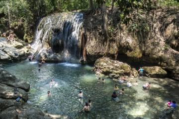 Aguas termales en la Finca Paraíso, cerca de Río Dulce (Guatemala).