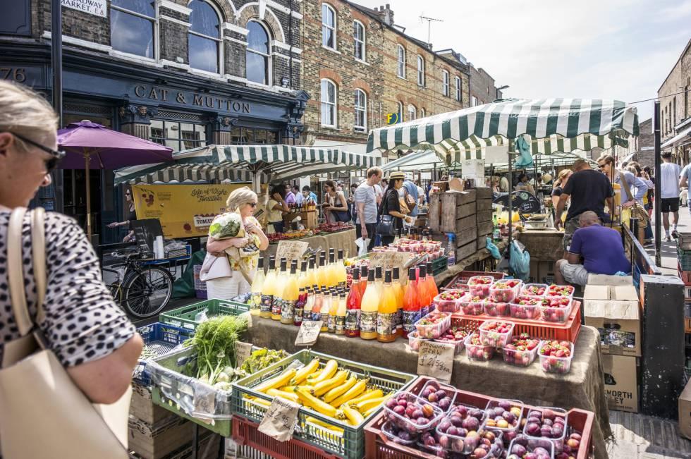 Puestos en Broadway Market, uno de los mercadillos más populares del barrio de Hackney, al este de Londres, que se celebra cada sábado.