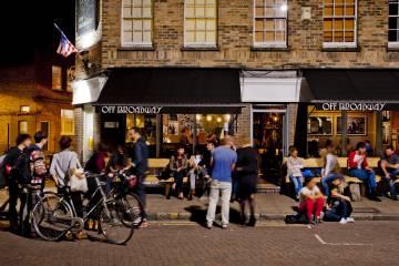 Exterior de un pub en Broadway Market, en el barrio de Hackney, al este de Londres.