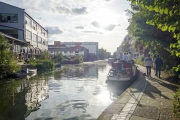 Paseo junto a un canal en Haggerston, al este de Londres.