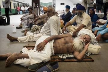 Estación de tren en Varanasi (India).
