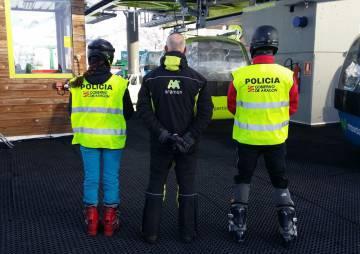 Miembros del cuerpo de policía sobre esquís en Formigal.