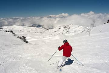 Un esquiador en la pista de La Laguna, en Sierra Nevada.