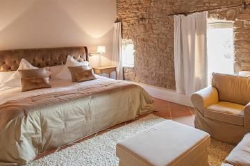 Habitación de la masia La Garriga de Castelladral.