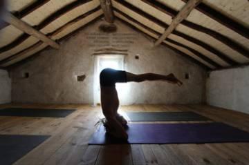 Sesión de yoga de Yoga Evolution Retreats en Oleiros (Portugal).