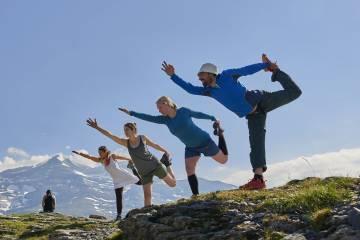 Sesión de yoga en los Pirineos organizada por Casa Cuadrau.