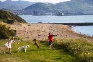 Desde la playa de Arrigunaga, arenal de Getxo que supera los 600 metros de longitud, se puede realizar la ruta de los acantilados de La Galea.