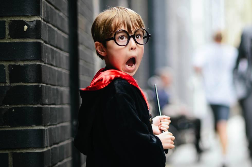 Un niño, hijo de la fotógrafa, en los estudios de Harry Potter haciendo que ve a un dementor (espíritus oscuros de la saga).
