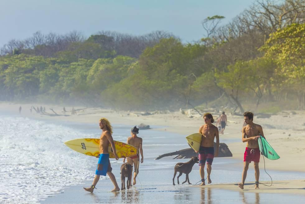 Surfistas na península de Nicoya, na Costa Rica.