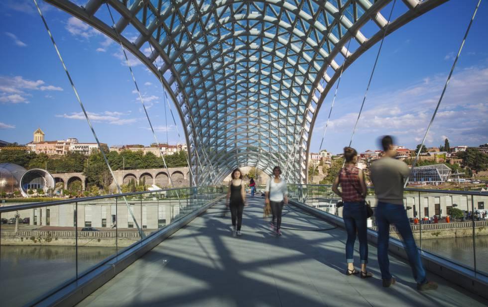 A ponte da Paz sobre o rio Mtkvari em Tbilisi (Geórgia).