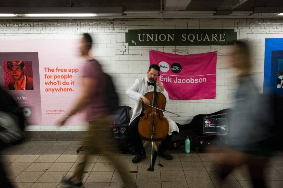 Um músico na estação Union Square, em Nova York.