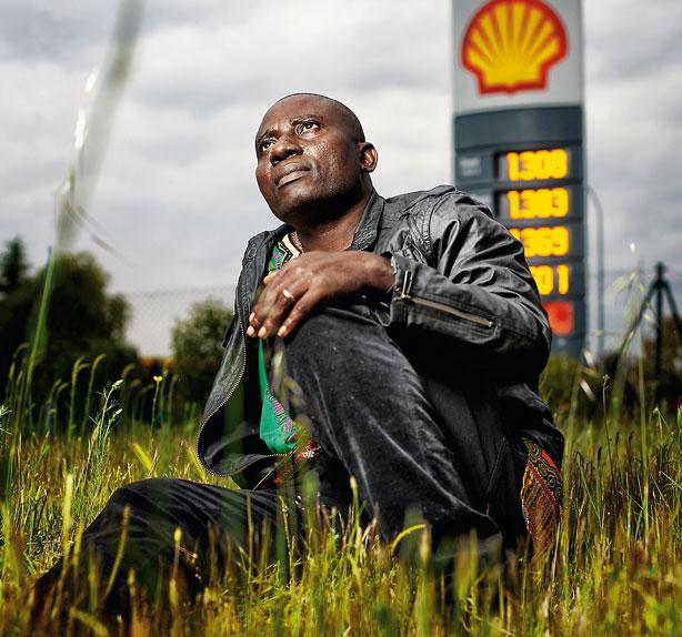 Celestine akpoBari, El petróleo o la vida