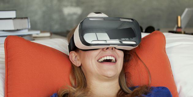 Una usuaria con las Samsung Gear VR.