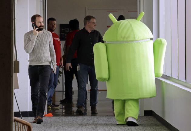Una persona disfrada como el logo de Android, de Google.