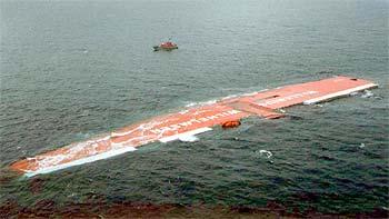 El carguero  Tricolor  yace en el canal de la Mancha poco antes de hundirse. En la foto superior el mismo barco en una imagen de archivo.