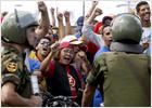 Al menos 36 heridos en una carga del Ejército contra los opositores a Chávez en Caracas