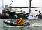 Greenpeace bloquea un puerto militar británico en protesta contra la guerra en Irak