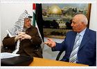 Un equipo de médicos jordanos examina a Arafat en Ramala a causa de un