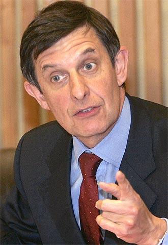 El presidente del Club de París, Jean-Pierre Jouillet, en la rueda de prensa en la que ha anunciado el acuerdo.