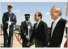 Bono cree que su reunión con Rumsfeld pone las bases para una cooperación militar