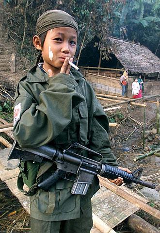 Samboo, de 12 años, en un campamento guerrillero de la jungla birmana.