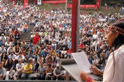 El poeta Hugo Jamioy, indígena de la nación Kansá, de Colombia, lee sus versos ante miles de personas que asistieron al acto de clausura del XVI Festival Internacional de Poesía de Medellín, en el que participaron poetas de 40 países del mundo.