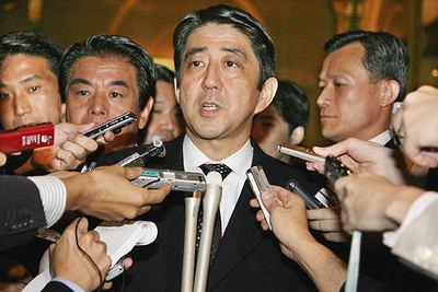 El primer ministro japonés, Shinzo Abe, de visita en Seúl, es preguntado por los medios sobre la prueba nuclear que Corea del Norte ha realizado este lunes.