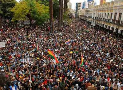 Miles de campesinos y cocaleros afines al presidente Evo Morales, abarrotaron este viernes la plaza principal de Cochabamba, para exigir la renuncia del prefecto de este distrito, Manfred Reyes Villa.
