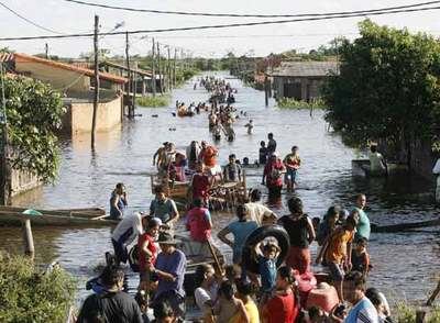 Un grupo de bolivianos rescatan sus pertenencias en la zona de Pantanal a las afueras de Trinidad.