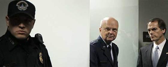 El jefe de la CIA, Michael Hayden, en el centro de la imagen, abandona la comisión del Senado de EE UU ante la que ha hablado de la destrucción de grabaciones de vídeo de interrogatorios