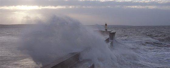 Una ola golpea contra un dique en Porthcall, en el sur de Gales.