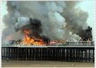 El fuego destruye el muelle de Somerset