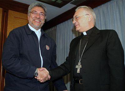 El presidente electo de Paraguay, Fernando Lugo, saluda al nuncio Orlando Antonini en Asunción.