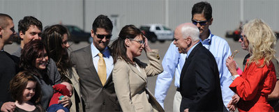 La familia de Sarah Palin al completo recibe a John McCain (derecha) en el aeropuerto de Minneapolis