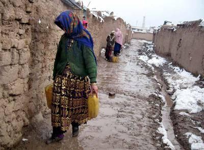 Niñas afganas llevan bidones con agua potable en Herat.