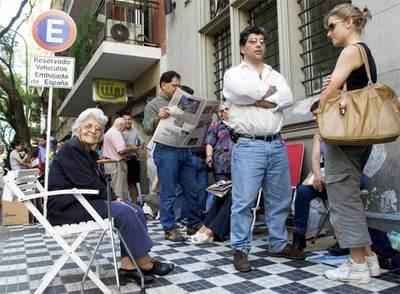 El consulado de buenos aires atiende a 200 personas cada - Consulado argentino en madrid telefono ...