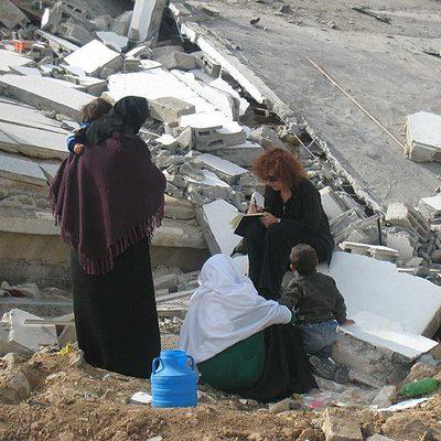 Donatella Rovera, investigadora de Amnistía Internacional, entrevista a algunos residentes en Gaza