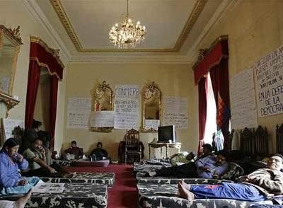 Evo Morales, al fondo, lidera la huelga de hambre para presionar al Congreso a que adopte una ley electoral en el palacio presidencial de La Paz