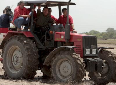 El presidente venezolano conduce un tractor ayer, durante la realización de su programa Aló, presidente, en Barinas.