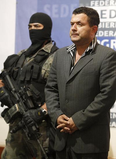 Un soldado mexicano escolta a Roberto Beltrán Burgos tras su detención este sábado.