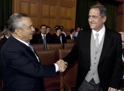 El viceministro de Exteriores de Costa Rica, a la izquierda, saluda al embajador de Nicaragua en Holanda.