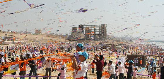 Miles de niños de Gaza lanzan al aire sus cometas en la playa de Beit Lahiya, en busca de romper el récord Guiness de vuelo simultáneo de cometas.