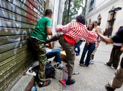 Simpatizantes de Chávez agreden a varios periodistas en Caracas.
