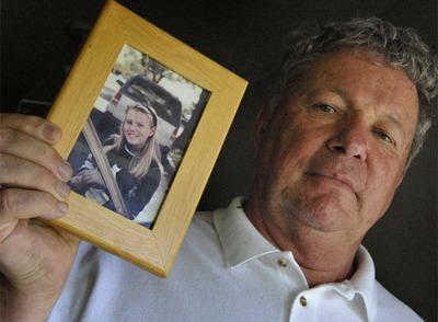 El padrastro de la joven secuestrada sostiene una foto de ella cuando