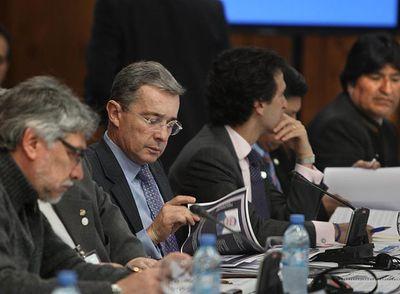 El presidente colombiano, Álvaro Uribe, se dirige a sus homólogos suramericanos durante la cumbre de Unasur en Bariloche